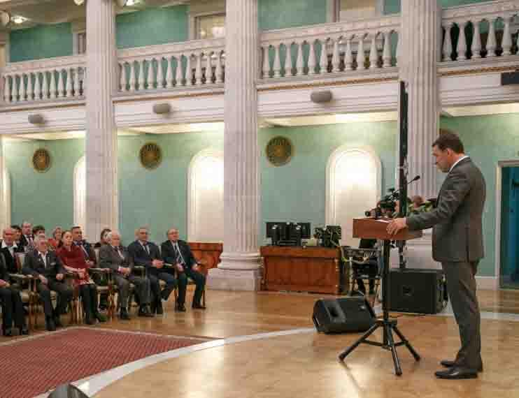 Евгений Куйвашев выступает с речью